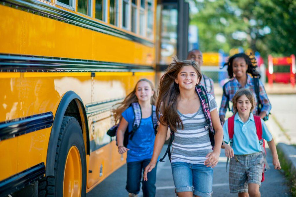 Maneras Simples que los Padres pueden Usar para Aliviar el Regreso a Clases en los Niños