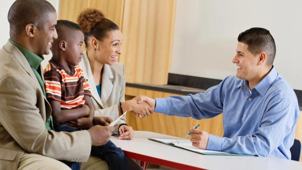 Preparándose para la Conferencia Escolar de su Hijo: Consejos para Tener una Conversación Mutua