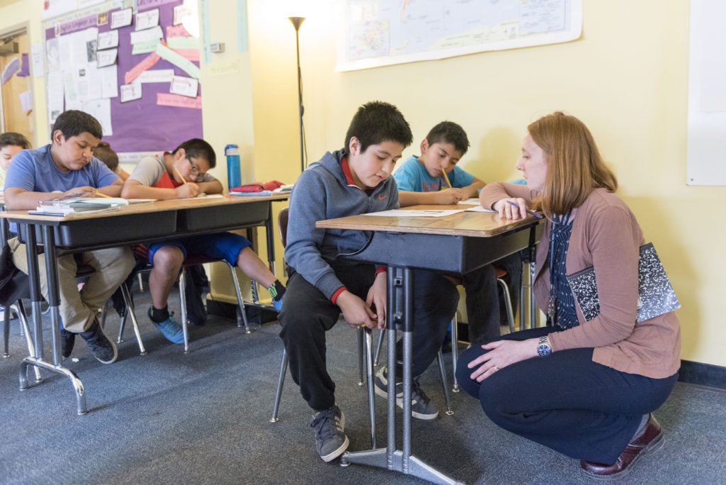 Estudiantes de inglés: Escuelas de CT en aprietos ignoran un camino comprobado