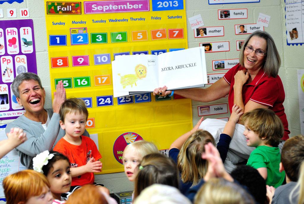 de las Escuelas Públicas de Danbury fue notificada sobre su re-acreditación de 5 años de la Asociación Nacional