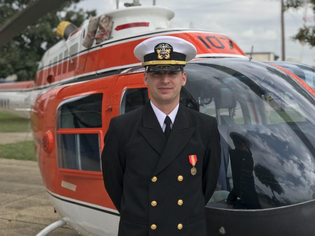 """Ciudadano de Bethel Recibe """"Wings of Gold"""" al Graduarse de Escuela de Aviación Naval"""