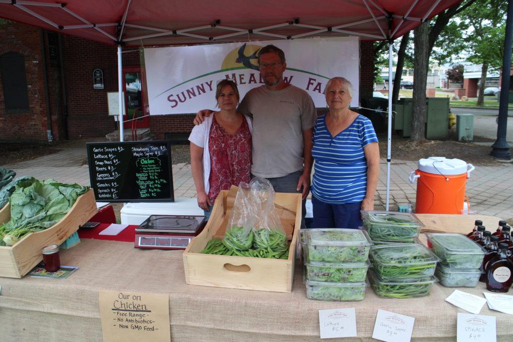 Mercado de Agricultores de Danbury Trae Alimentos Frescos a la Comunidad Local