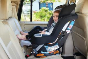 Los bebés y niños pequeños deben viajar en asientos de automóvil mirando hacia atrás el mayor tiempo posible.