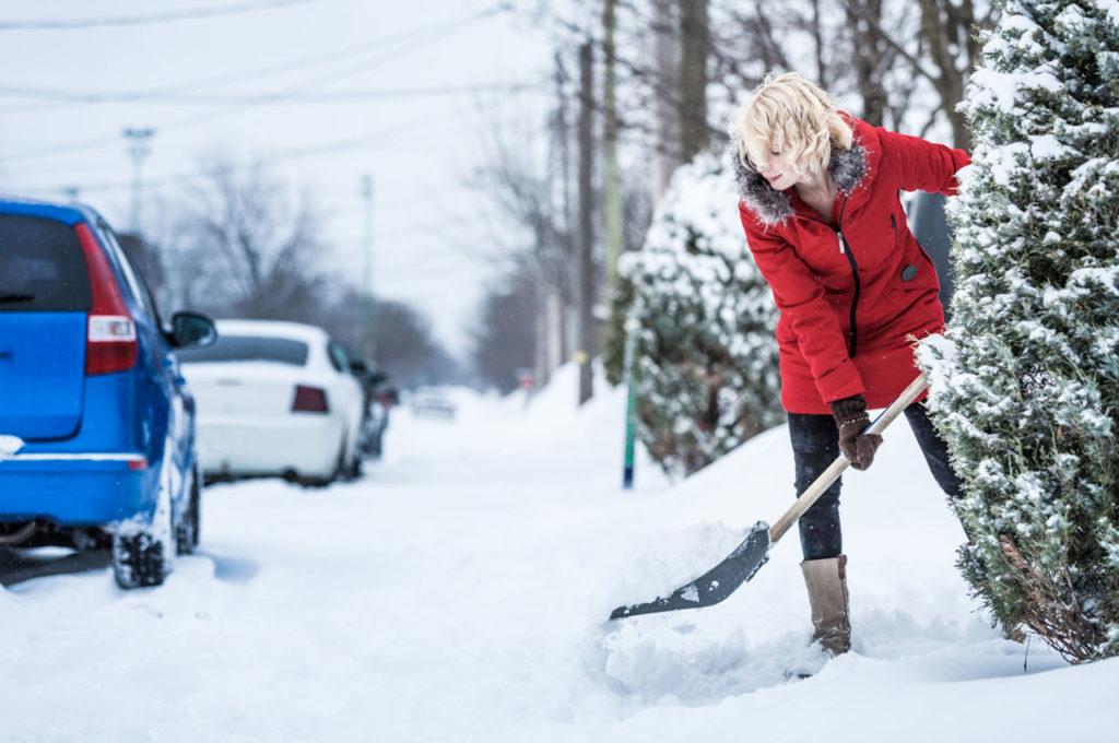 Consejos para Limpiar la Nieve y Ayudar a Prevenir una Lesión