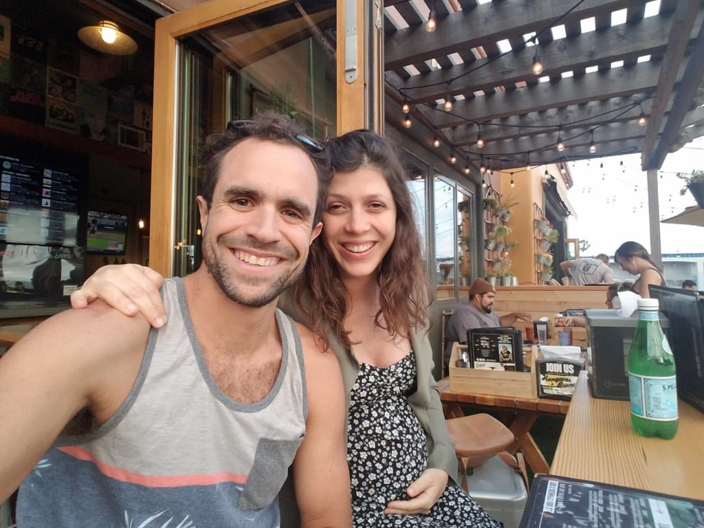 Marco y Juliana esperando la llegada del primer hijo.