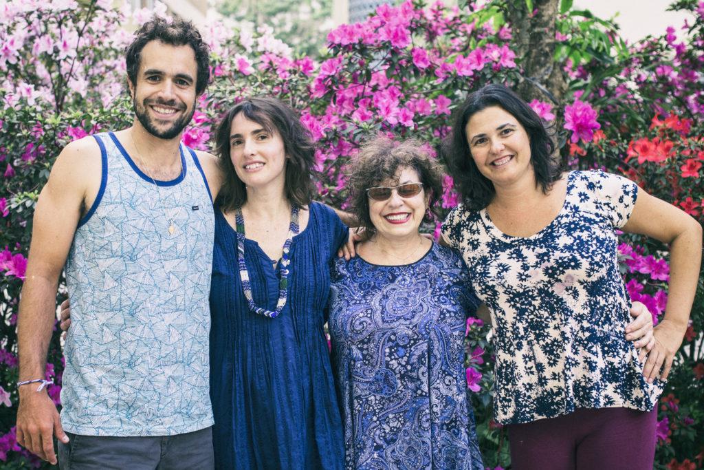 Marco Amselem, el fundador de Pasokin, junto con sus hermanas, Erika y Cristiana, y su madre, Yonne.