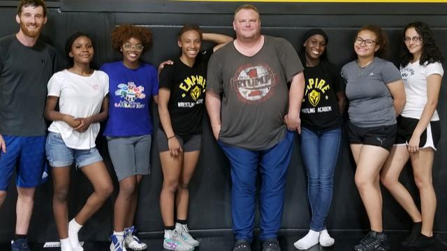 Mujeres Jugando Deportes Juveniles Intensos: Fútbol y Lucha Libre