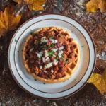 Caldo de Arce, Tocino y Bourbon con Waffles de Maíz